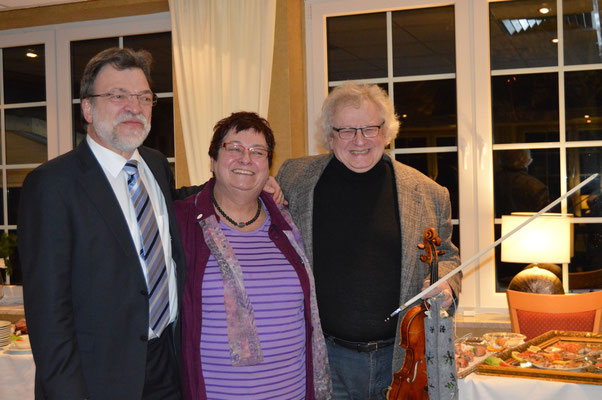 Andreas Huisgen und Wassili Rusnak überraschten Ingrid Tienken zum Ab-schied mit klassischer Musik.