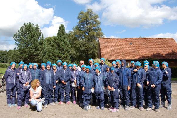Schutzkleidung war für die Besuchergruppe bei der Führung im Putenstall Pflicht – vorne Antje Börger, hinten Mitte Landwirt Cord Börger