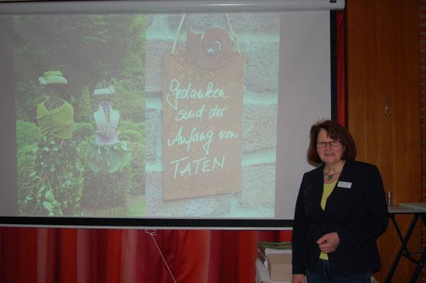 """Mechthild Ahlers von der Niedersächsischen Gartenakademie  in Bad Zwischenahn inspirierte die Beverstedter Landfrauen  zu """"Geht nicht – gibt`s nicht!"""""""