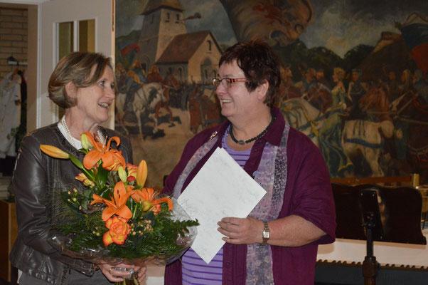 Die Kreisvorsitzende Anke Heesemann-Prenzler bedankt sich  bei Ingrid Tienken für die gute Zusammenarbeit.