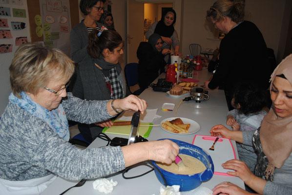 Die Stoteler Landfrauen trafen sich mit den Migrantinnen im Familientreff im Hohen Feld . In fröhlicher Runde wurde gebacken, Rezepte ausgetauscht, geklönt, viel gelacht und sogar getanzt. Weitere Treffen- unbedingt!