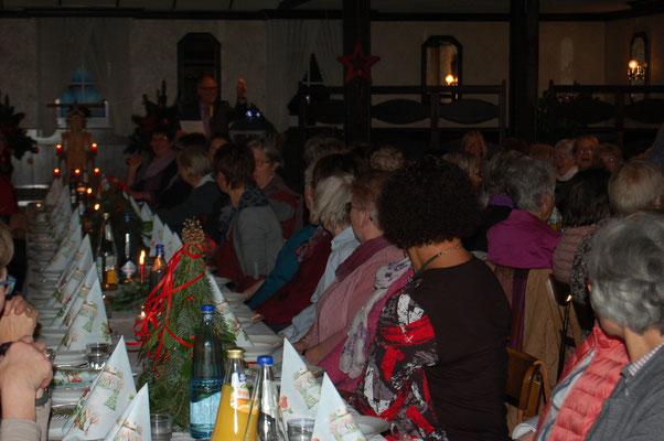 220 Landfrauen ließen sich u.a. vom Projektchor aus den Gemeinden Gnarrenburg, Kuhstedt und Kirchwistedt unterhalten