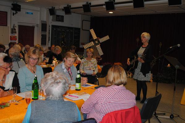 Astrid Kuhlmann versuchte der Seele in unserer inneren Mitte nachzuspüren mit einem Vortrag vor den Stoteler Landfrauen in der Schwegener Schützenhalle.