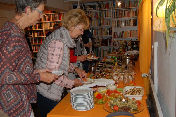 Besuch der Beverstedter Landfrauen im Lunestedter Leseladen literarisch wie kulinarisch ein Genuss.