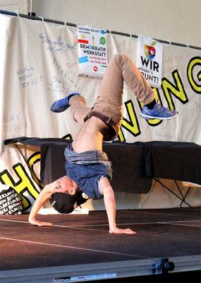 Ayrick legt ein Breakdance Solo aufs Parkett