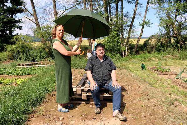 Gaby Klebsch vom Planet Zukunft und Kurt Stoppel, Projektleiter der Schrebergärten wissen sich in der glühenden Sonne zu helfen
