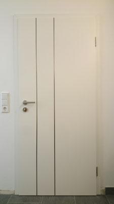 Zimmertür 2-farbig, Weiß mit Edelstahl-Adern (Bandseite)