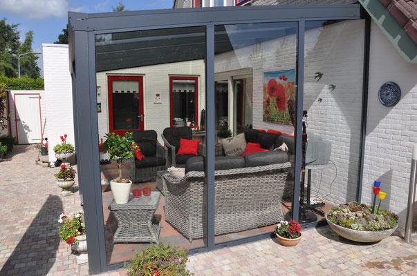 Terrassendach mit Seitenwand in Glas