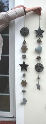 Girlanden aus grauen und schwarzen Metallelementen.