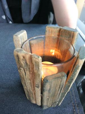 Tischdeko mit einem Glasteelichthalter und Holz ummantelt