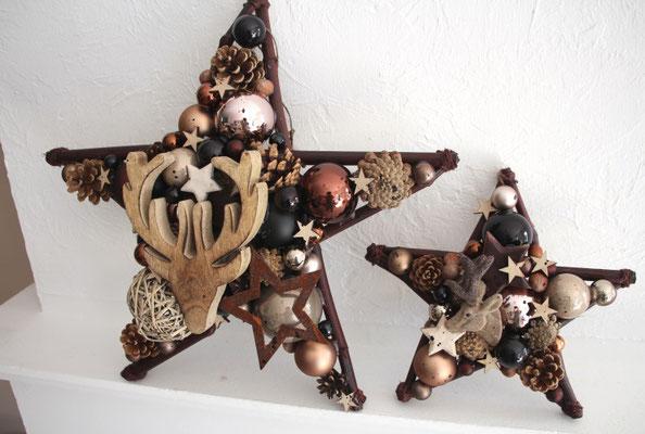 Zwei braune Sterne als Kamindeko in erdigen Tönen.