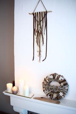 Dekoidee: Treibholzkranz mit Kerzen dekoriert.