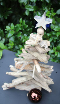 Für einen Treibholztannenbaum benötigst du eine schöne Auswahl an Hölzern.