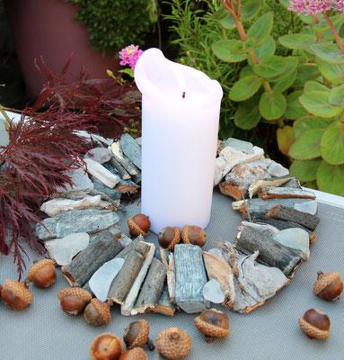Natur Kranz als Tischdekoration mit einer Kerze in der Mitte - herbstlich dekoriert mit rotem Ahorn und Eicheln.