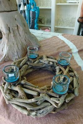 Treibholzkranz mit hellblauen Teelichtgläsern aus Glas