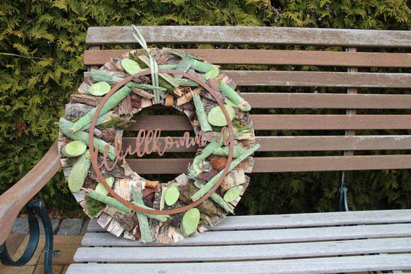 Türkranz in braun und grün auf brauner Gartenbank.