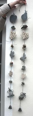 Girlanden in grau mit weißen Holzblättern und Schwemmholz.