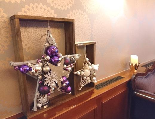 Weihnachts Deko Sterne gefertigt aud dunkelvioletten Glaskugeln und festlichem silber Accessoires an receycelten Holzrahmen im Cafe.