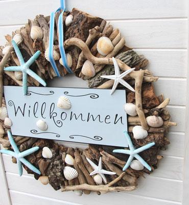"""Maritim gestalteter Holzkranz mit blauem """"Willkommensschild"""""""