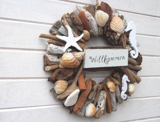 Holzdeko aus Schwemmholz mit Holzseepferdchen, Holzseestern und echten Muscheln.