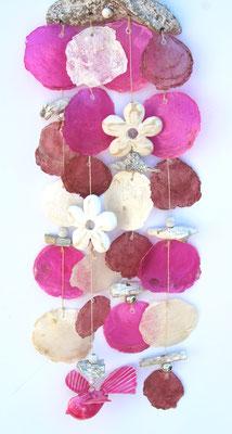 Sommerdekoration in rosa-weiß mit Vogel und weißen Holzblüten.