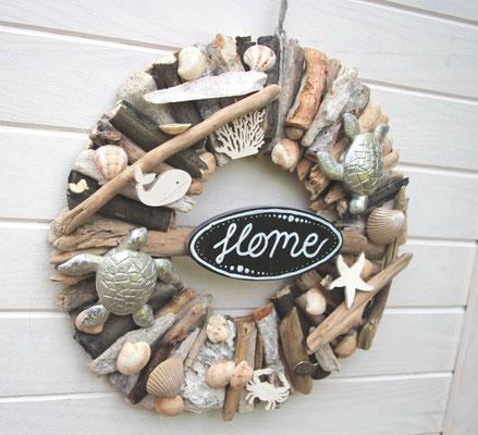 Haustürkranz aus Treibhölzern - dekoriert Muscheln, Fischen und Wasserschildkröten.