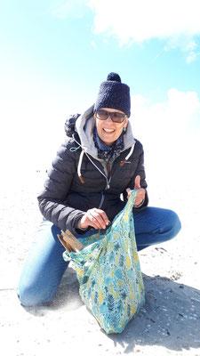 Ina beim Treibholz sammeln am Strand