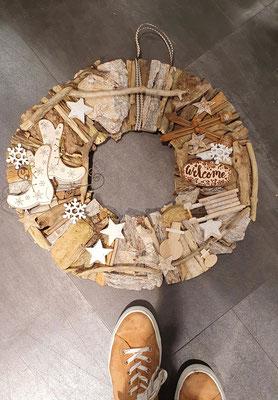 xxl Holzkranz in warmen Naturtönen in 52 cm Durchmesser.