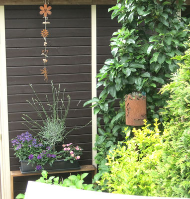 Gartendekoration: Girlande aus Edelrostelementen - Der Hingucker im Garten.