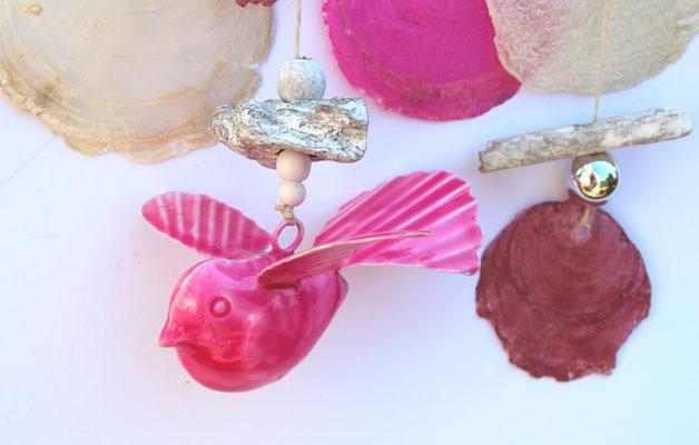 Besonderes Accessoire: eine Metallvogel in pink.