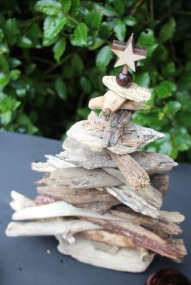 Treibholzbaum aus braunen Schwemmhölzern selbst gemacht.