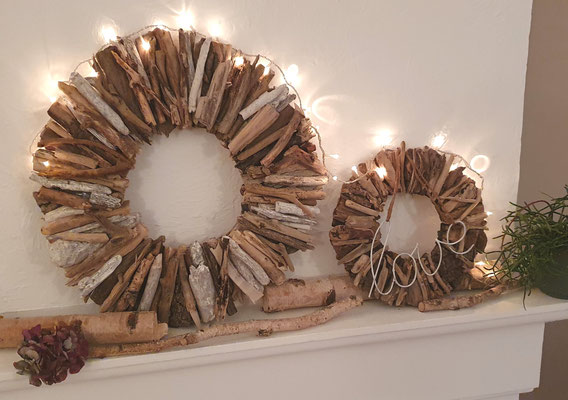 Treibholzkranz im Seaside Style aus braunem und weißem Schwemmholz in Kombination mit einem 28 cm Treibholzkranz und Lichterkette.