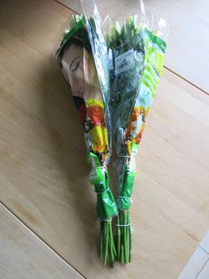 1. Zwei Bund gelbe Rosen vom Frischblumenhändler.