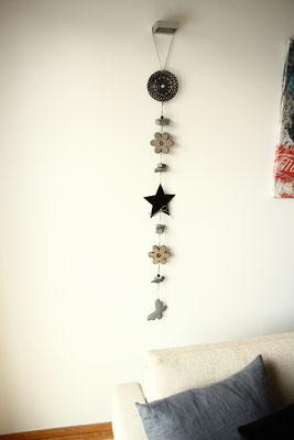 Girlande aus Metallelementen für die Raumdekoration.