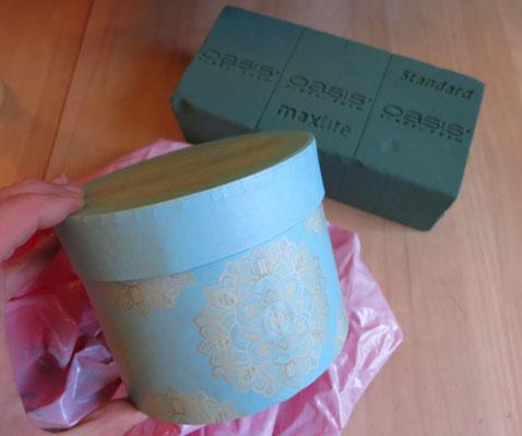 Blaue, runde Pappschachtel aus dem Papeterie-Fachgeschäft.