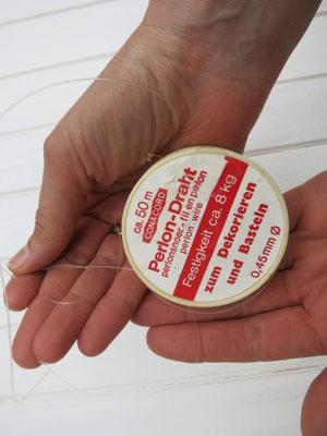 1. Perlonfaden aus der Bastelabteilung kaufen.