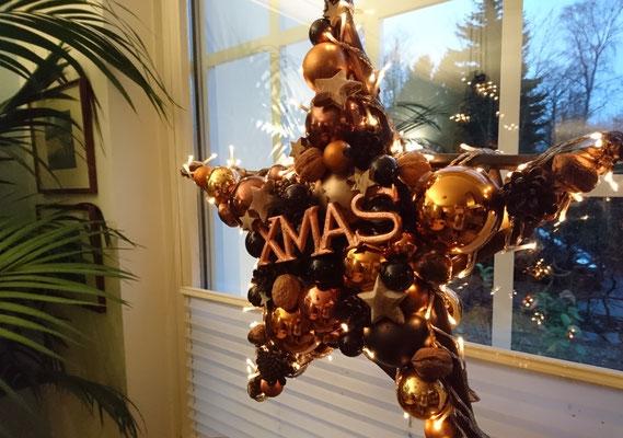 Weihnachts Deko Stern in warmen Kupfer und Schwarztönen mit echten Walnüssen und kupferfarbenen XMAS Schild.