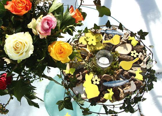 Frühlings Holzkranz mit gelben Blüten, Osterhasen aus brauner Rinde mit einem Teelicht in der Mitte.