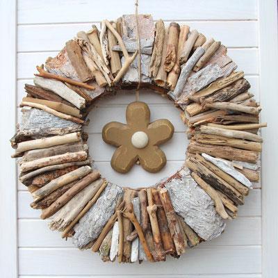 Treibholz Kranz aus weißem und braunem Treibholz.