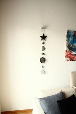 Grau - schwarze Hänge Deko für dein Wohnzimmer.
