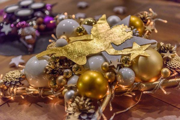 Foto von der Messe Bremen: Tischdekoration aus gold-weißem Stern mit goldenem Engel.