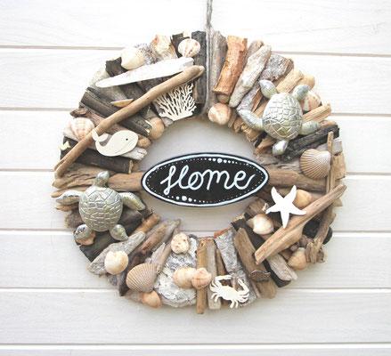 """Türkranz mit schwarzem """"Home"""" - Holzschild, maritimen Accessoires aus Holz und zwei Wasserschildkröten aus Kunsstoff."""