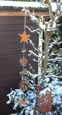 Edelrost Girlande mit Holz Vogel im winterlichen Obstbaum.