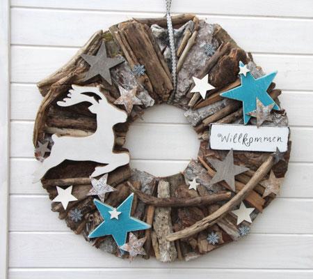 Holzkranz mit springendem Hirsch und blauen Sternen.