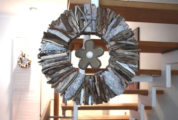Hängedekoration mit einer Holz Blüte in der Mitte.