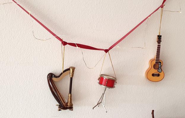 Mini Harfe - Mini Trommel und Deko Gitarre an einem Samtband aufgehängt und mit einer Lichterkette umgewickelt.
