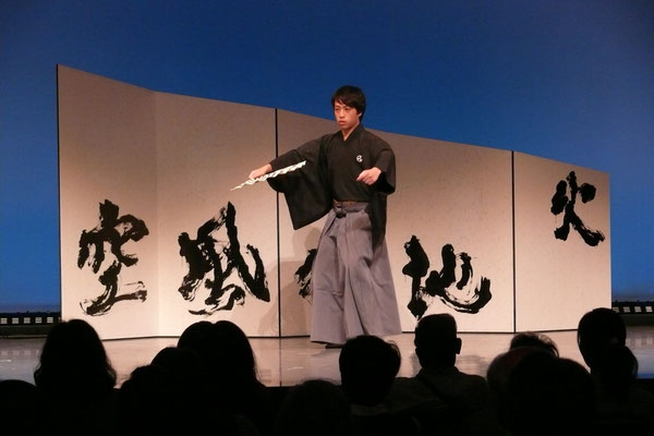 お創作屏風 桜透かしヨシ紙に書家の脇田龍峯の書。リバーシブル、マグネット使用で組み合わせ多様。