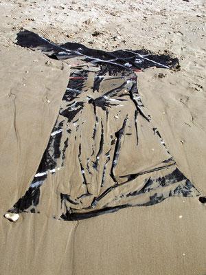 Kleidkörperhülle; Installation am Strand von Haifa, 2004, 150 x 250 cm