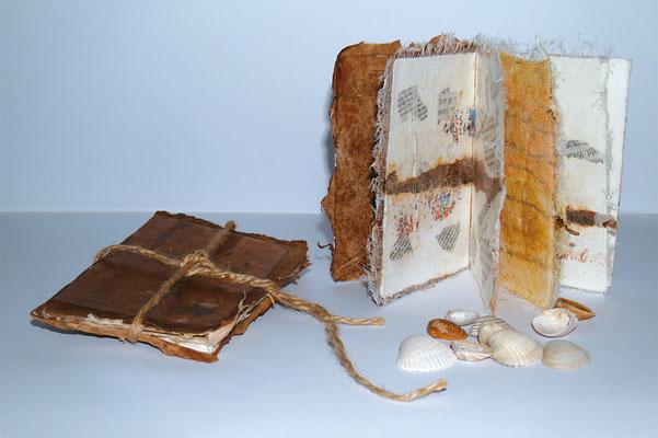 Buchkunst • Reisebücher, Papier, Metall Sand, Spagat, 2005, 30 x 40 cm