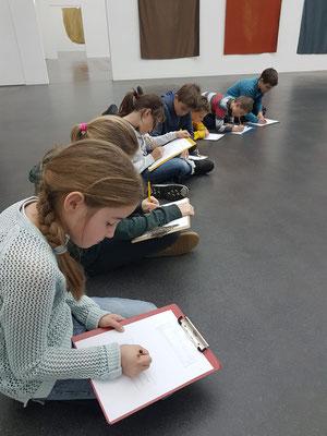 Die Schüler bearbeiten einen Auftrag im Kunstmuseum.
